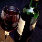 botella de vino con copa